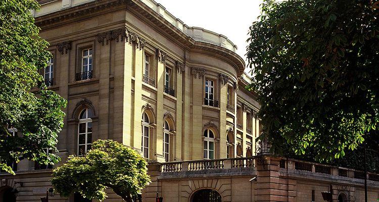 La façade de l'hôtel Singer-Polignac depuis l'avenue Georges Mandel dans le 16earrondissement à Paris.