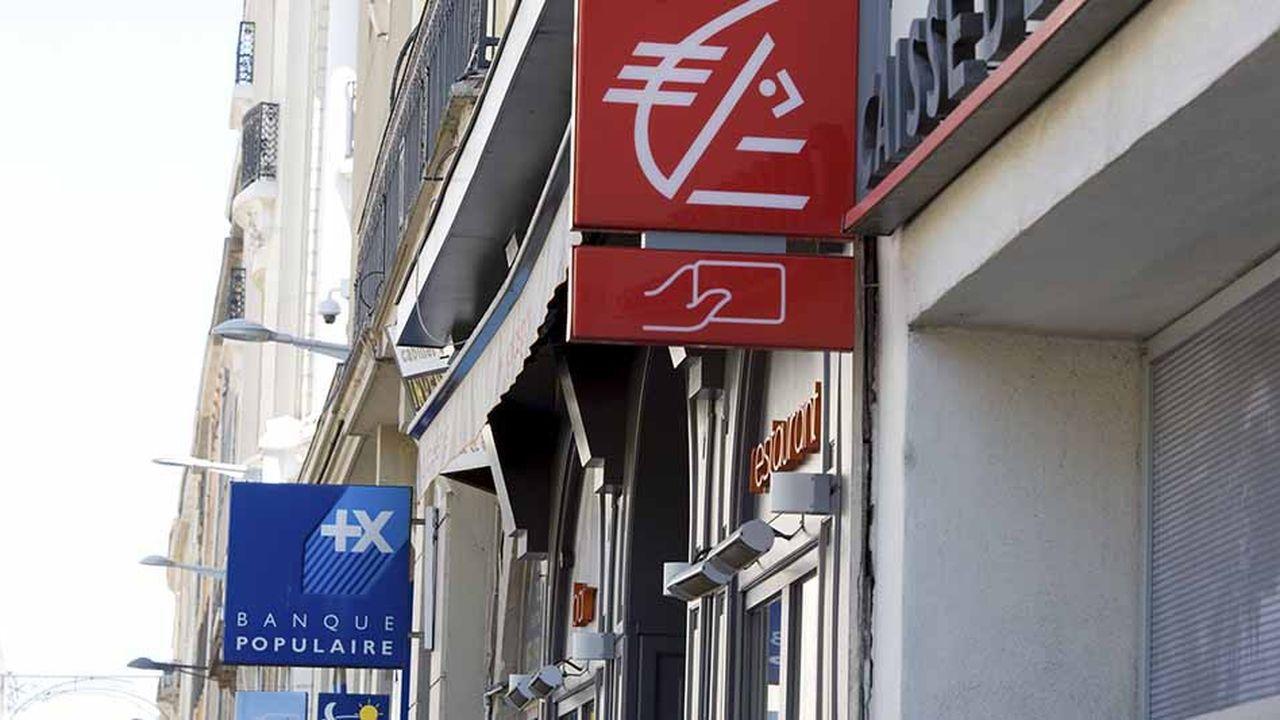 Enseignes d'agences bancaires de la Banque populaire et de la Caisse d'Epargne.