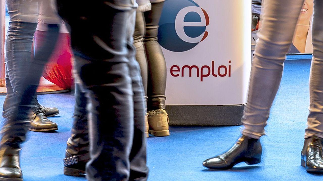En France le chômage des jeunes a baissé de 1,7 point, mais il reste l'un des plus élevés d'Europe.