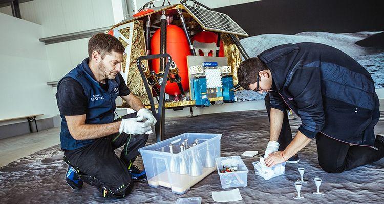 Des membres de l'équipe de PTScientists, ici photographiés à Berlin en octobre dernier, travaillent à l'assemblage de l'alunisseur Alina.
