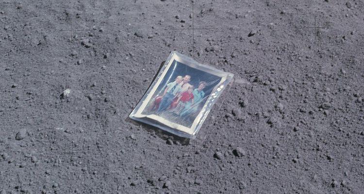 Dixième homme à avoir marché sur la Lune, l'astronaute américain Charles Duke (Apollo 16) a déposé sur le sol de la Lune une photo de sa famille.