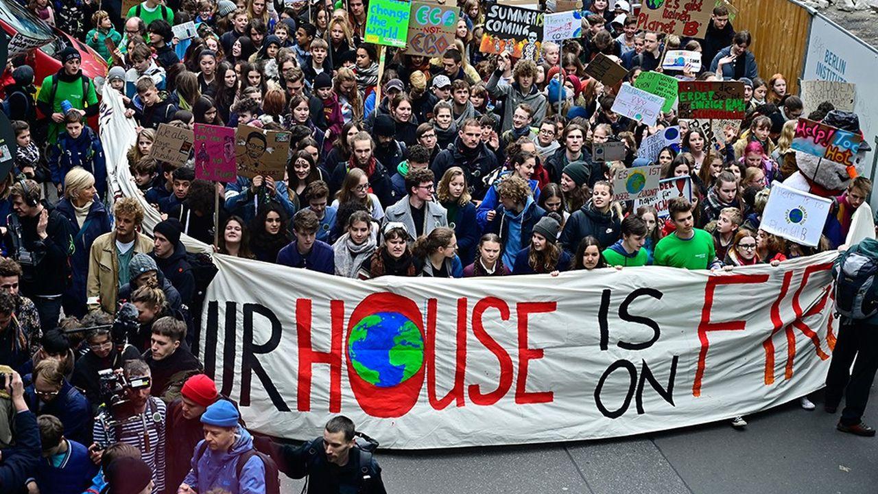 «Aujourd'hui nous sommes 25.000 et ce n'est que le début du début», a prévenu Greta Thunberg (au centre), d'un ton décidé malgré son air réservé et ses tresses sages.