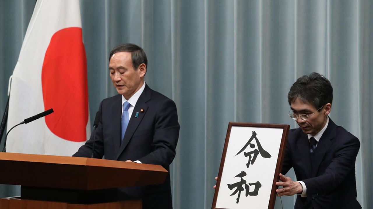 La présentation du nom de la nouvelle ère a fait l'objet d'une présentation officielle parYoshihide Suga, le porte-parole du gouvernement.