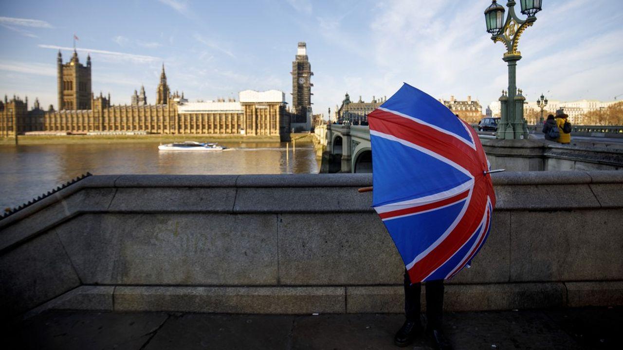 Les législatives anticipées de juin2017, qui ont privé les conservateurs de majorité parlementaire et fait de Theresa May l'otage du DUP, conduiront «inévitablement», «compte tenu de l'arithmétique parlementaire», à «une forme de Brexit plus modéré», a estimé lundi Julian Smith, le député chargé de faire appliquer les consignes de vote chez les «Tories».