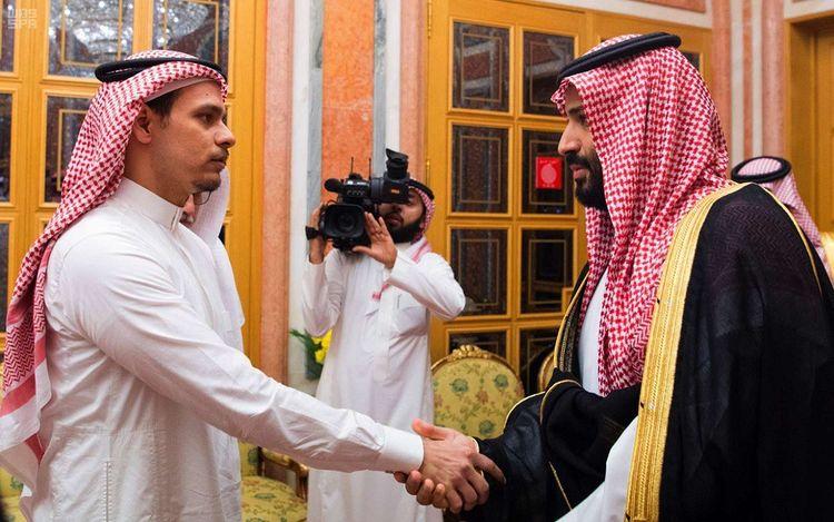 Le prince héritier Mohammed ben Salmane (à droite) serre la main du fils de Jamal Khashoggi, à Ryad, le 23octobre 2018.