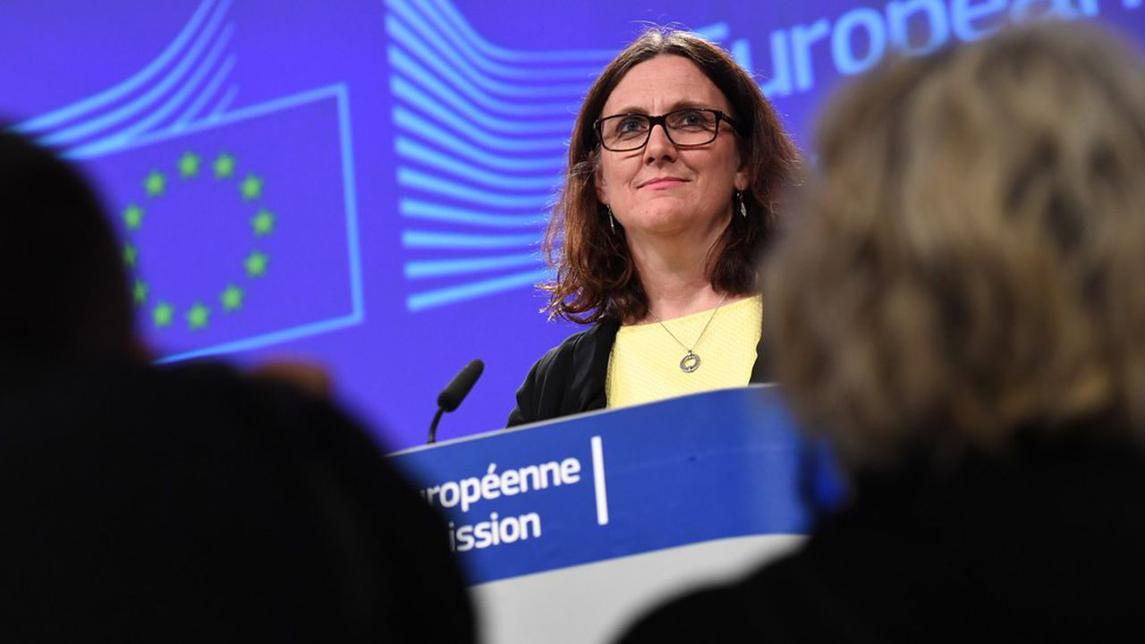 La Commissaire européenne au Commerce, Cecilia Malmström, attend le feu vert des Etats-membres pour pouvoir négocier un accord bilatéral avec les Etats-Unis. (Photo by Emmanuel DUNAND/AFP)
