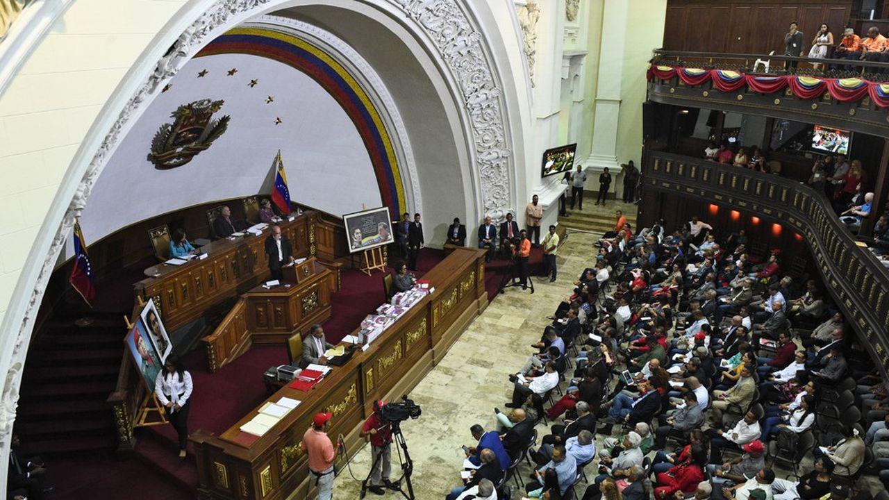La dette publique du Venezuela est estimée à 140milliards de dollars, dont 40milliards contractés auprès de la Russie et de la Chine. Tout remboursement des créanciers à court et moyen terme paraît exclu.