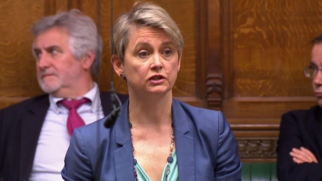 Le texte, déposé par la députée travailliste Yvette Cooper, contraint la Première ministre à réclamer un report du Brexit à l'UE avant qu'un «no deal» ne survienne le 12avril.