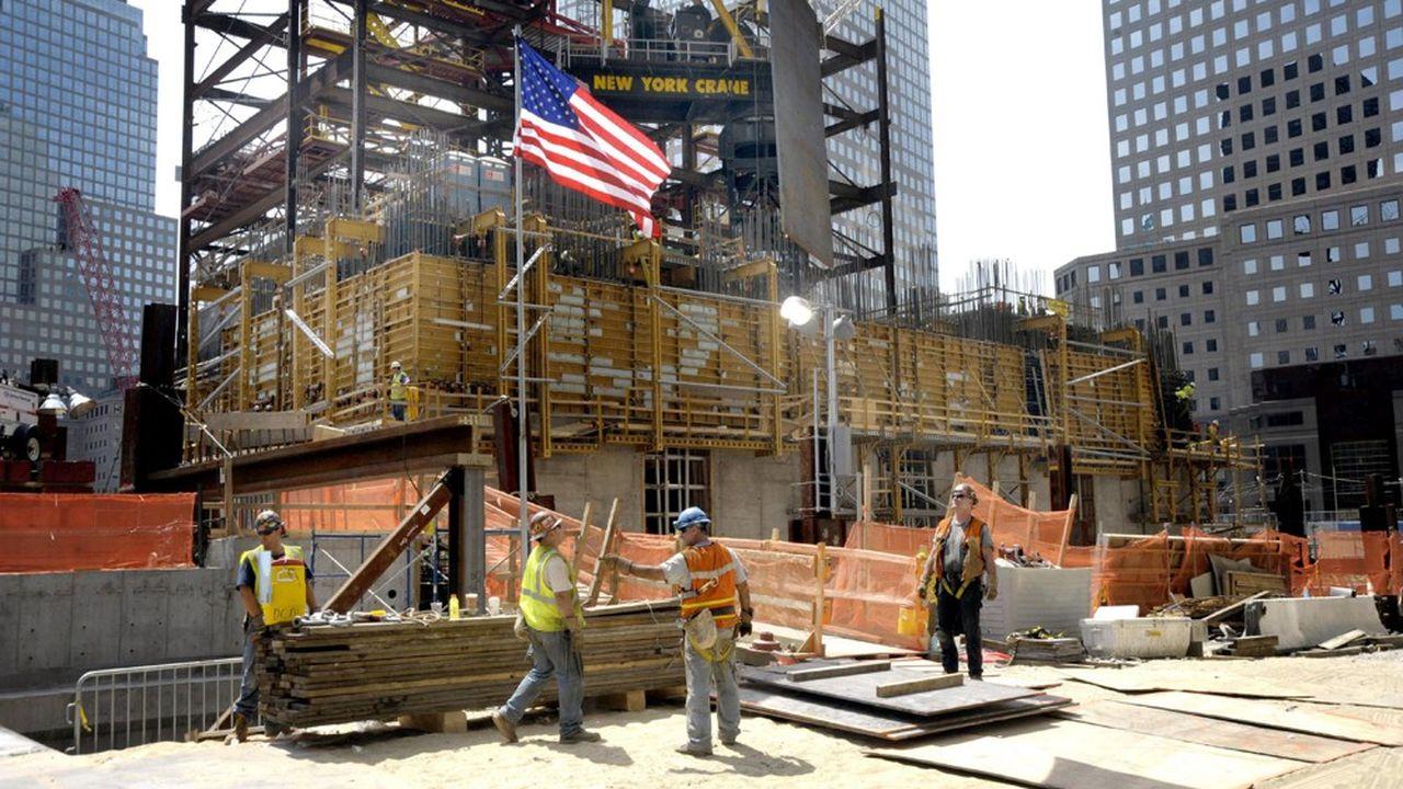 Ground Zero, site du WTC en travaux, chantier de construction, ouvriersWorld Trade Center, drapeau américain, immeuble *** Local Caption *** USA, New York - August 8, 2009Workers at the building site of Ground Zero.