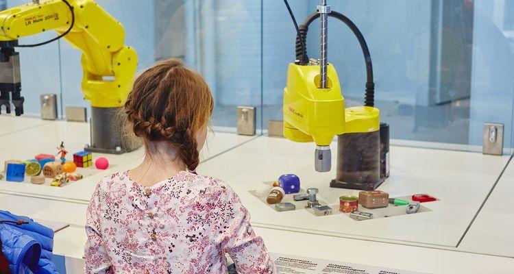 Le public peut essayer plusieurs robots industriels qui servent à saisir des objets