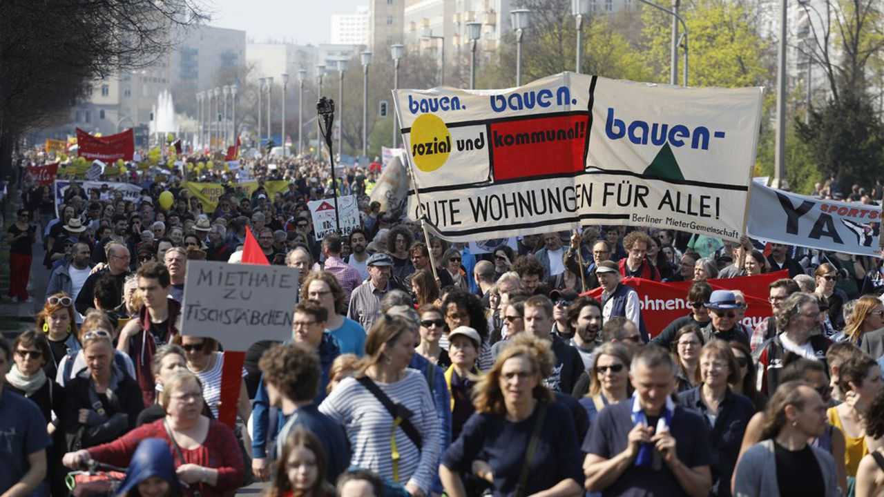 Environ 25.000 Berlinois ont défilé samedi contre la flambée de leurs loyers et la gentrification qu'elle entraîne dans la capitale.