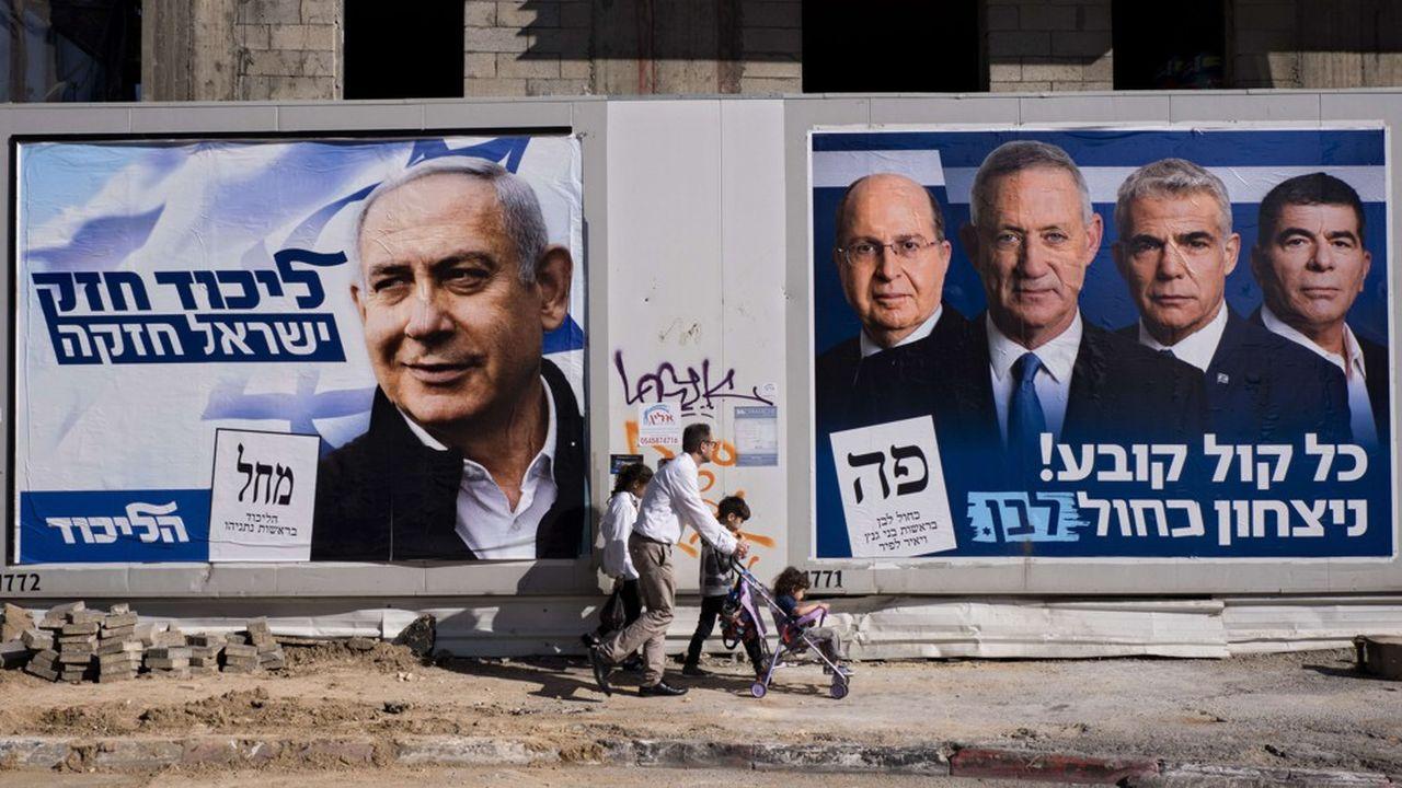 Benjamin Netanyahu est menacé comme jamais par le quatuor à la tête de la coalition Bleu et Blanc, visibles sur cette affiche placardée face à la sienne, Moshe Yaalon, Benny Gantz, Yair Lapid and Gabi Ashkenazi.