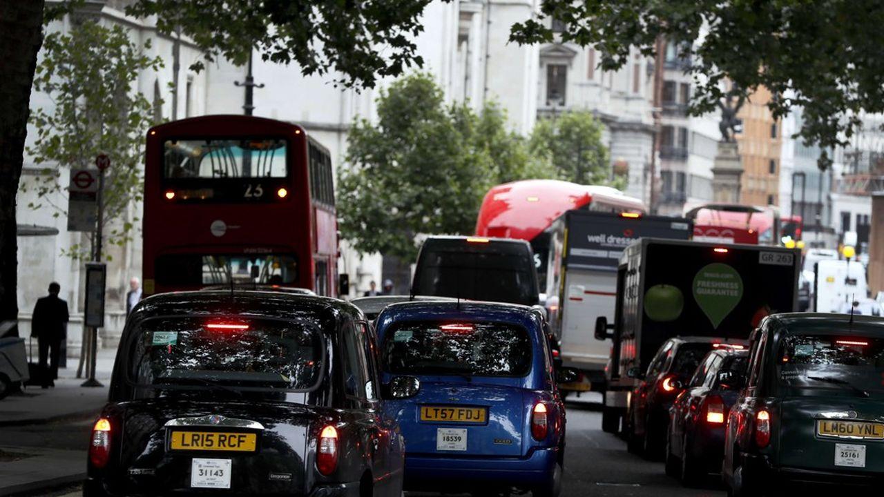 La taxe sur les véhicules polluants (de 12,50livres par jour) s'ajoute à la «congestion charge» (de 11,50livres).