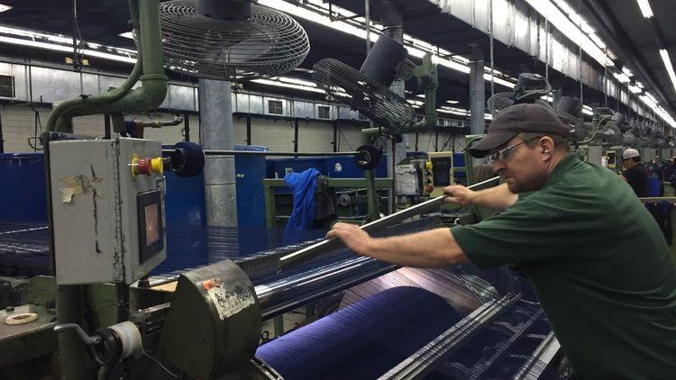 Si les tâches sont en partie automatisées, un contrôle humain est nécessaire pour vérifier qu'il n'y a aucun défaut dans le tissage. Dans ce cas, les ouvriers spécialisés interviennent à la main.