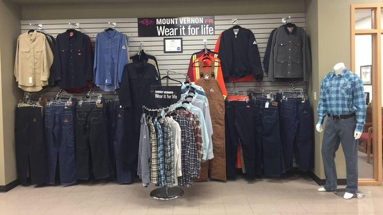 Les tissus de Mount Vernon Mills sont utilisés par de nombreux clients. L'usine ne produit pas seulement du jean, elle se développe notamment dans les vêtements résistants aux flammes.