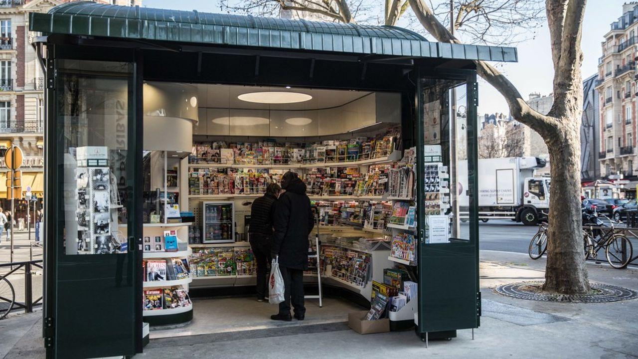 Un exemple de nouveau kiosque à journaux à Paris, avec une offre de titres plus épurée.