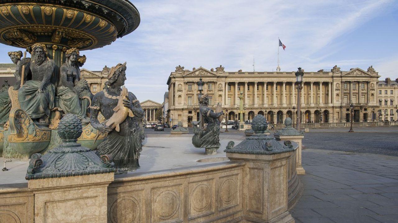 Hôtel de la Marine vu depuis la fontaine des Fleuves, place de la Concorde à Paris.
