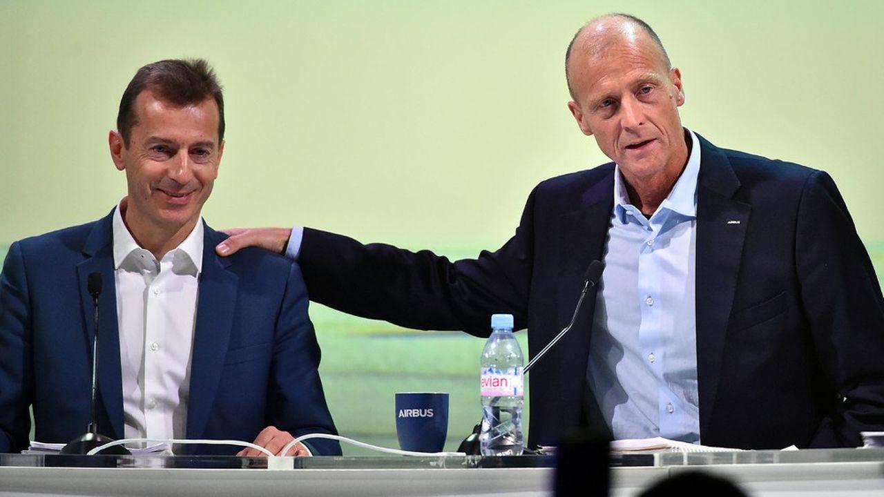 Tom Enders (à droite) passe le relais à Guillaume Faury, dont il avait soutenu la candidature au poste de président exécutif du groupe Airbus.