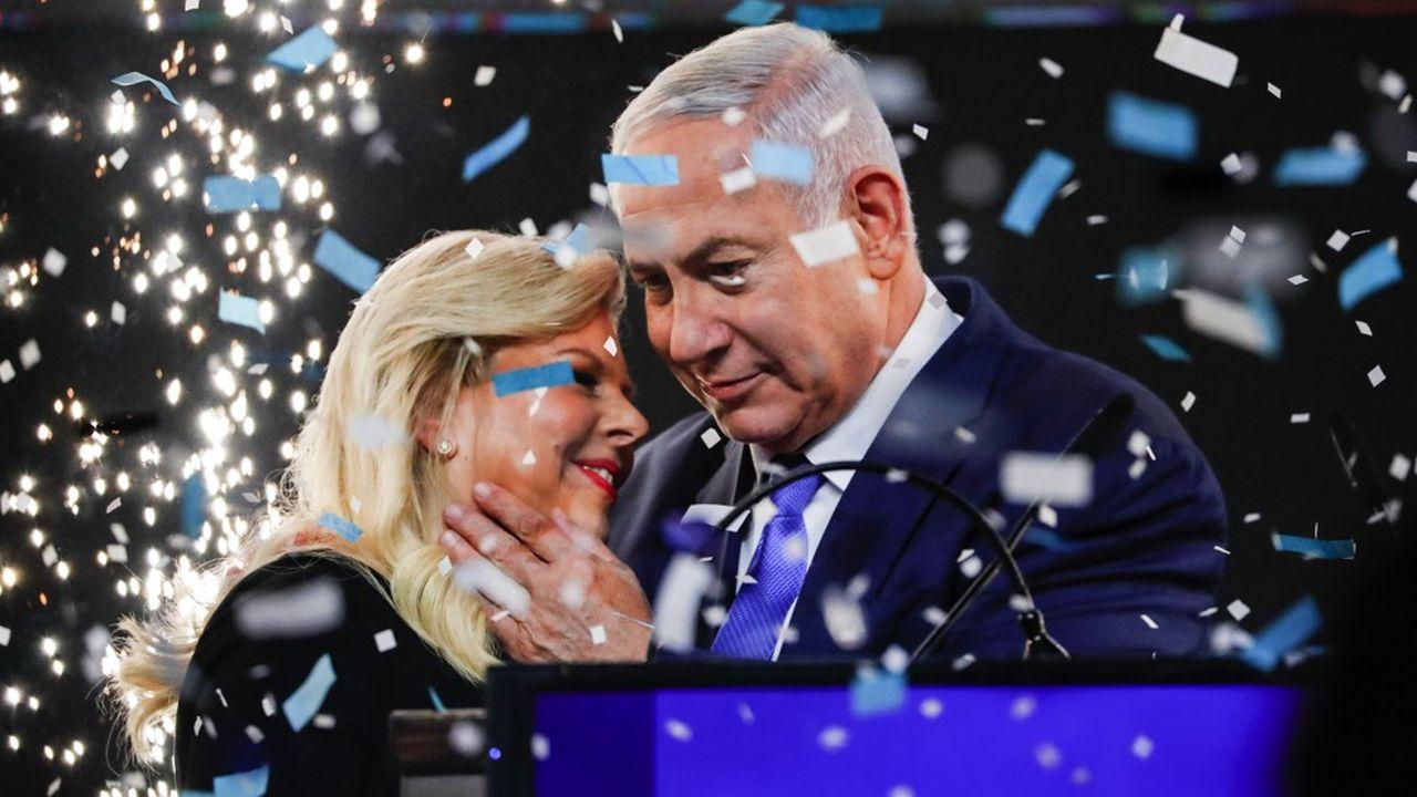 Le Premier ministre israélien enlace sa femme Sara sous une pluie de confettis au quartier général de son parti à Tel Aviv à l'annonce de sa victoire électorale mardi soir.
