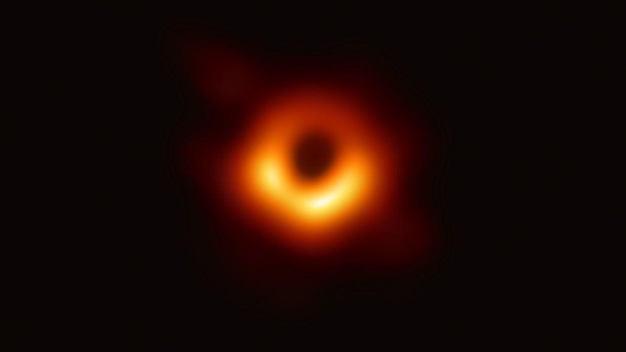 Le trou noir supermassif M87* est logé au coeur de la galaxie M87, distant de 50millions d'années-lumière de la Terre.