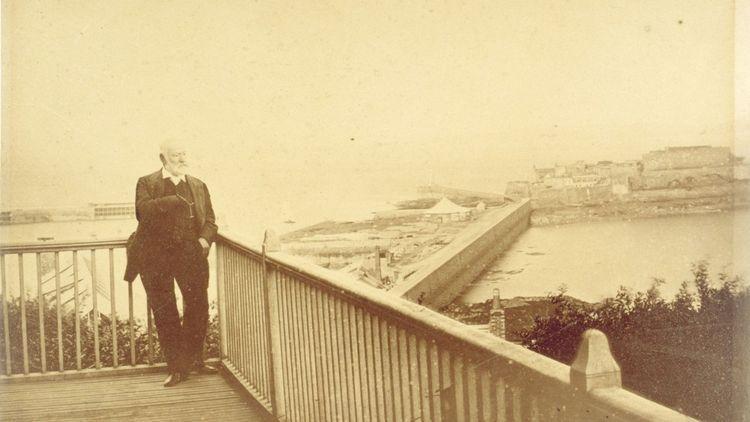 Victor Hugo sur le balcon d'Hauteville House en 1878. En 1927, ses descendants en feront don à la Ville de Paris.