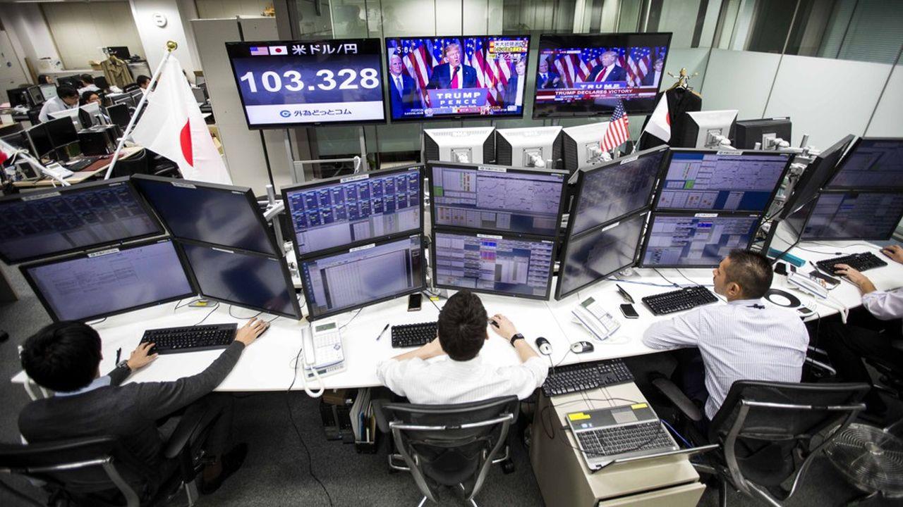 Un desk de trading sur les changes dans une institution financière japonaise.