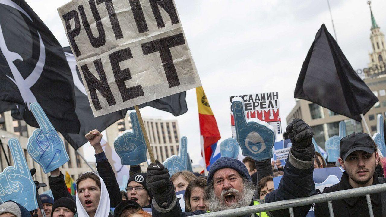 Plusieurs milliers de personnes ont défilé en mars à Moscou pour protester contre ce projet de loi