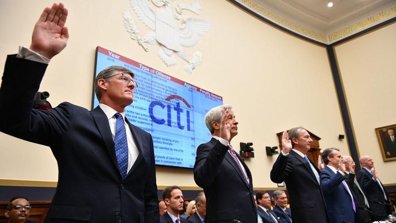 Des huit banquiers qui avaient témoigné devant le Congrès au pic de la crise en février 2009, seul Jamie Dimon, PDG de JP Morgan (2e à partir de la gauche) est encore en poste