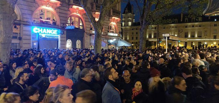 Place Saint-Michel, la foule s'est massée et assiste impuissante à la destruction de Notre-Dame.