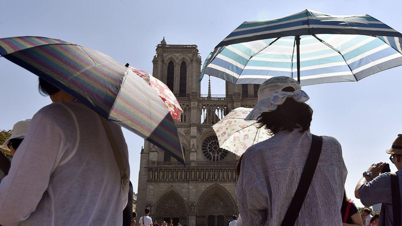 De 30.000 à 50.000 touristes et pèlerins se pressent chaque jour sur le parvis de la cathédrale de Paris