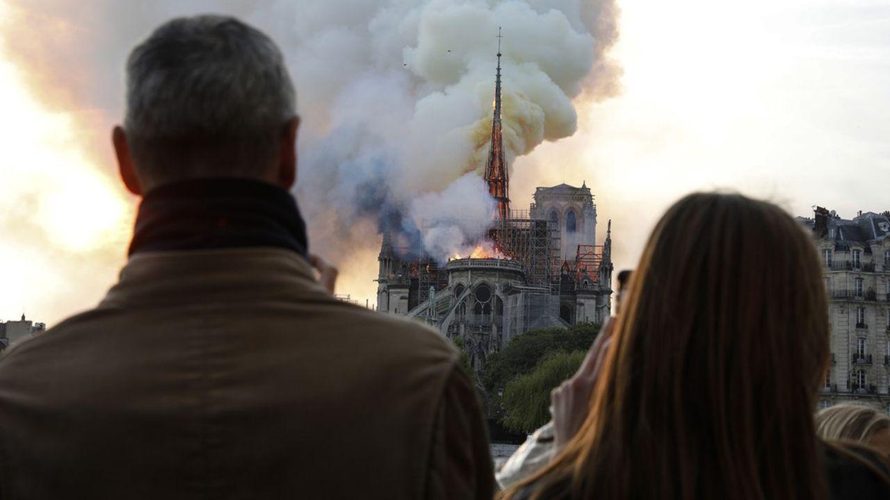 La ferveur mondiale autour de la cathédrale s'exprime depuis les premières flammes lundi vers 19heures.