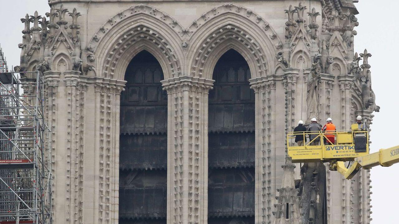 La reconstruction coûtera plusieurs centaines de millions d'euros et son montant précis dépendra des options de reconstruction prises, a indiqué le Groupement des entreprises de restauration des monuments historiques.