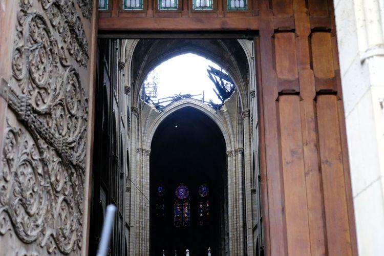 L'endroit où se trouvait la flèche de Notre-Dame, à l'intérieur de la cathédrale.