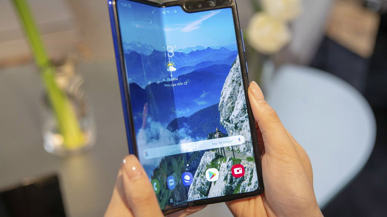 Le smartphone pliable de Samsung doit être mis en vente le 26avril aux Etats-Unis, au prix de 1.980dollars, et le 3mai en Europe, au prix de 2.020euros.