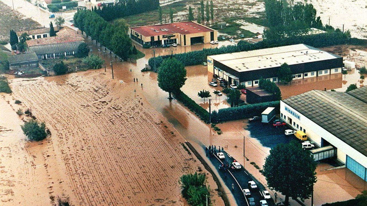 Vue aérienne prise le 03 octobre 1988 de la région de Nîmes recouverte d'eau boueuse à la suite d'un violent orage. Les inondations avaient fait 11 morts et 50.000 sinistrés.