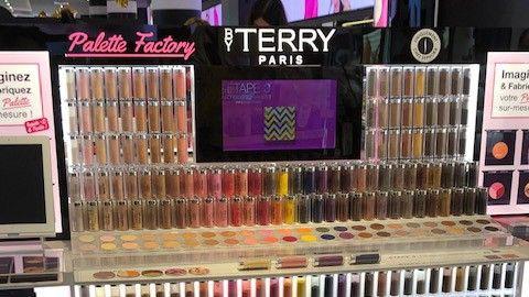 Les clientes ont le choix entre 44 pigments différents pour les yeux et le teint.