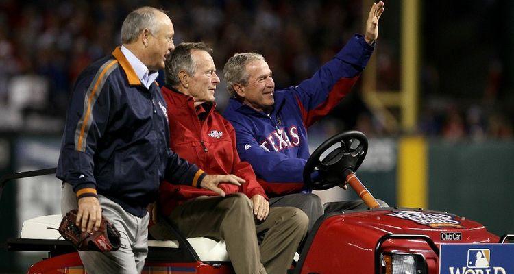 George H. Bush et George W. Bush ont étudié à l'université de Yale.