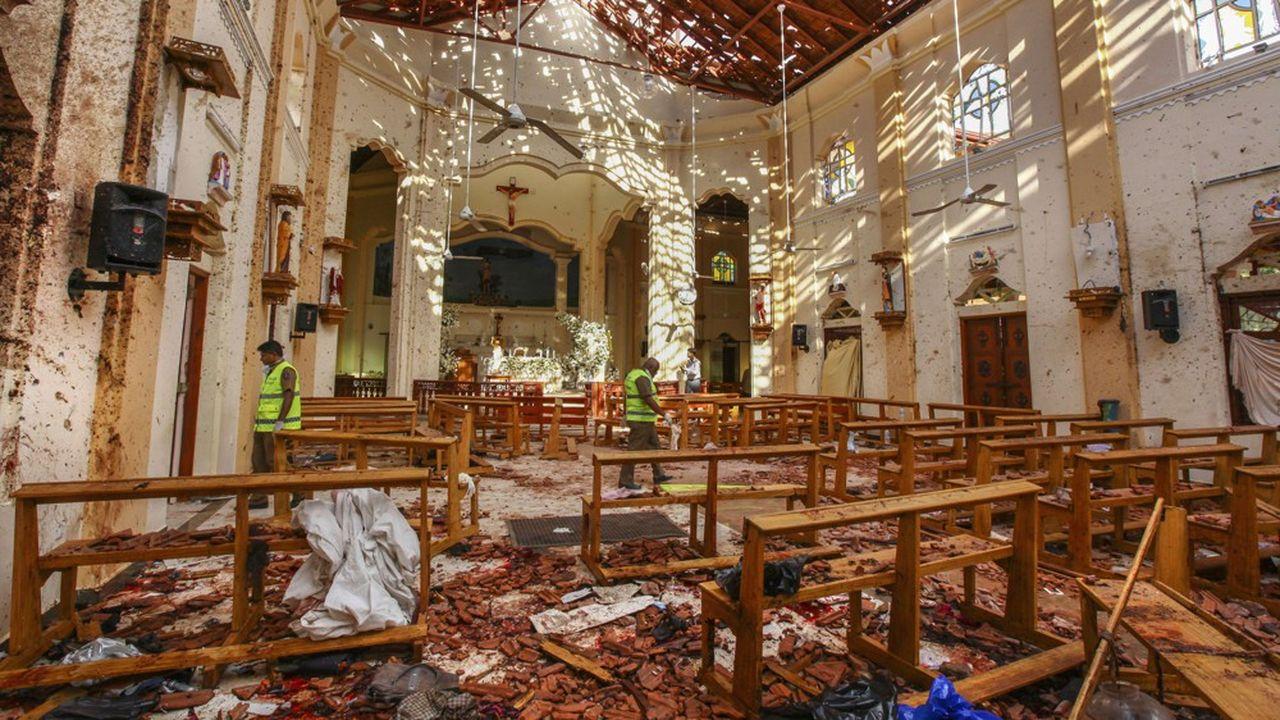 Les attaques de dimanche ont tué 321 personnes, dont 45 enfants et adolescents, selon un bilan encore provisoire.