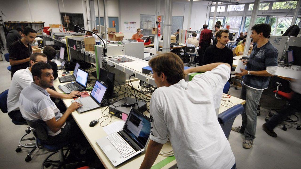 Etudiants au laboratoire de mécatronique