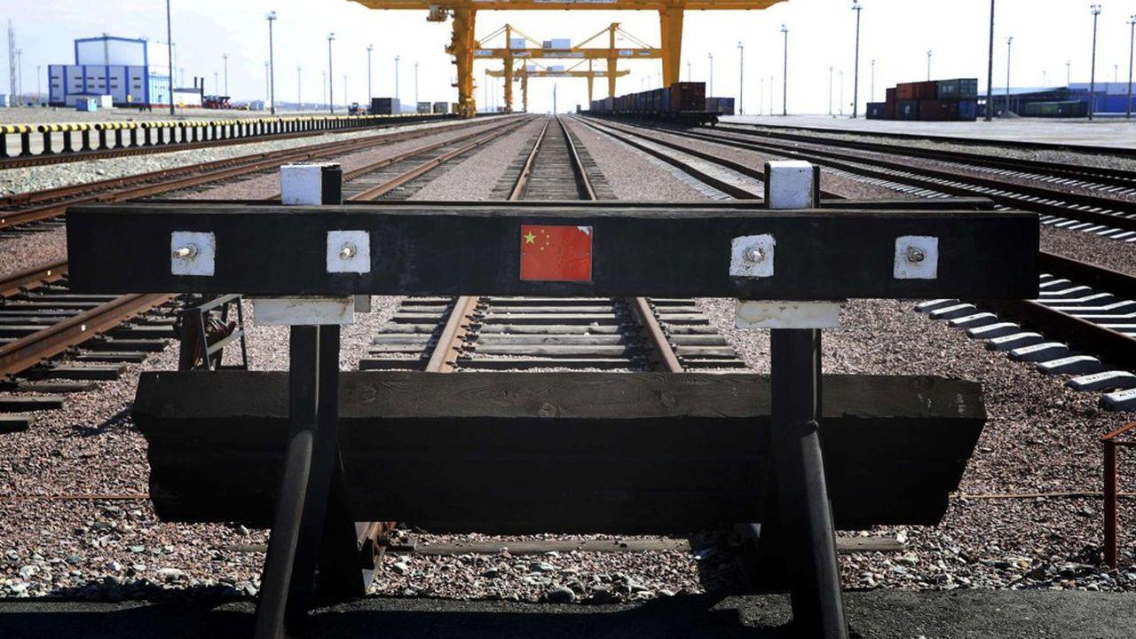 A Khorgos, cinquante cinq minutes sont nécessaires pour transborder les conteneurs d'un train chinois sur un train kazakh et inversement.