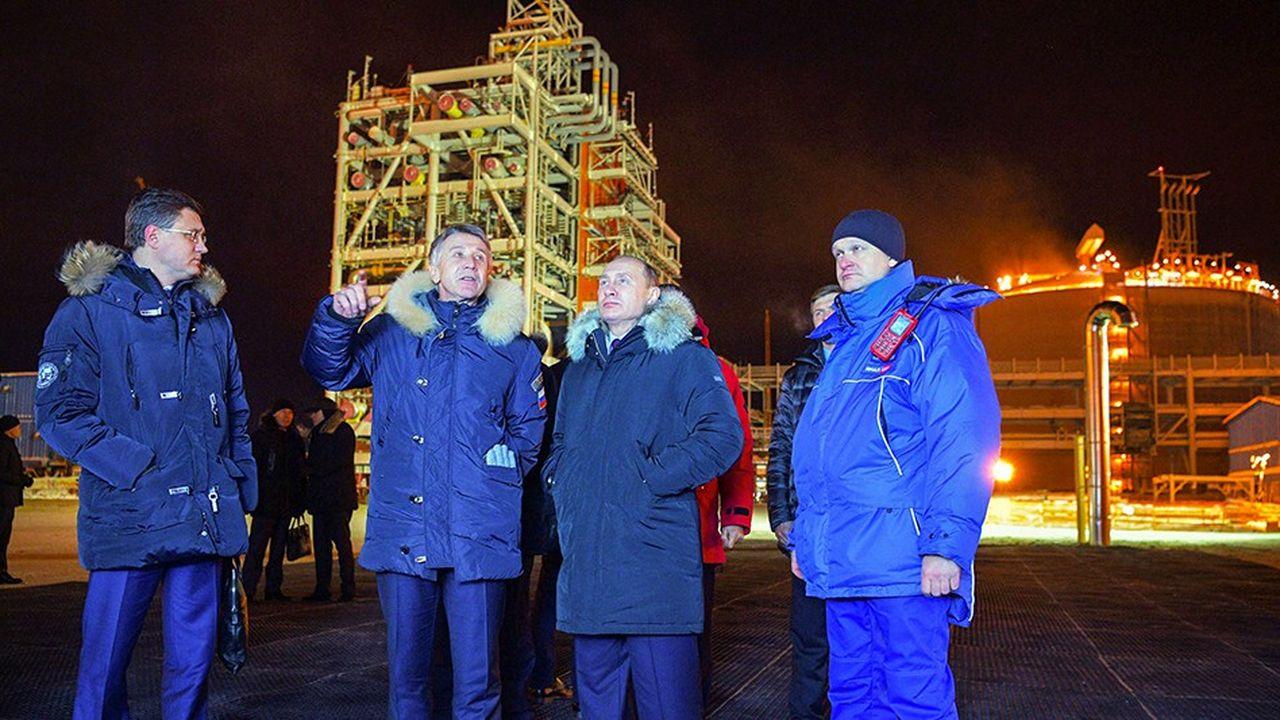 Le président russe Vladimir Poutine, accompagné du PDG de Novatek, Leonid Mikhelson (deuxième à gauche), sur le site de l'usine de liquéfaction de gaz de Yamal.