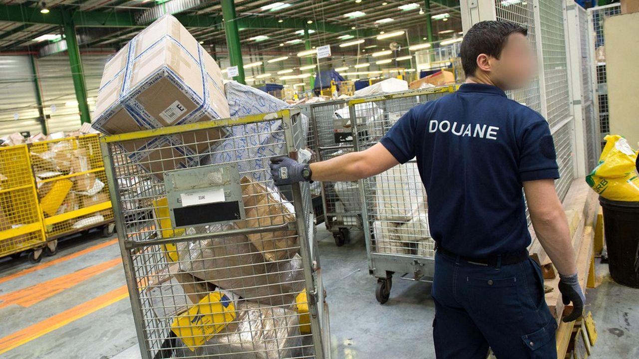 Un douannier français saisit des colis de contrefaçon à Chilly-Mazarin (Essonne).
