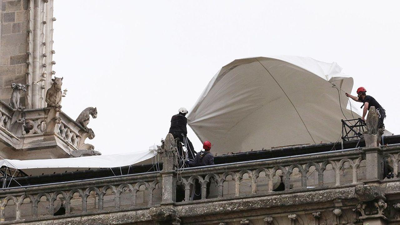La semaine prochaine, les vitraux de Notre-Dame vont être déposés pour être mis à l'abri, les gravats seront enlevés par des robots et il devrait être possible d'accéder à l'intérieur de la cathédrale d'ici à trois semaines, a estimé le groupement des entreprises de restauration des monuments historiques.