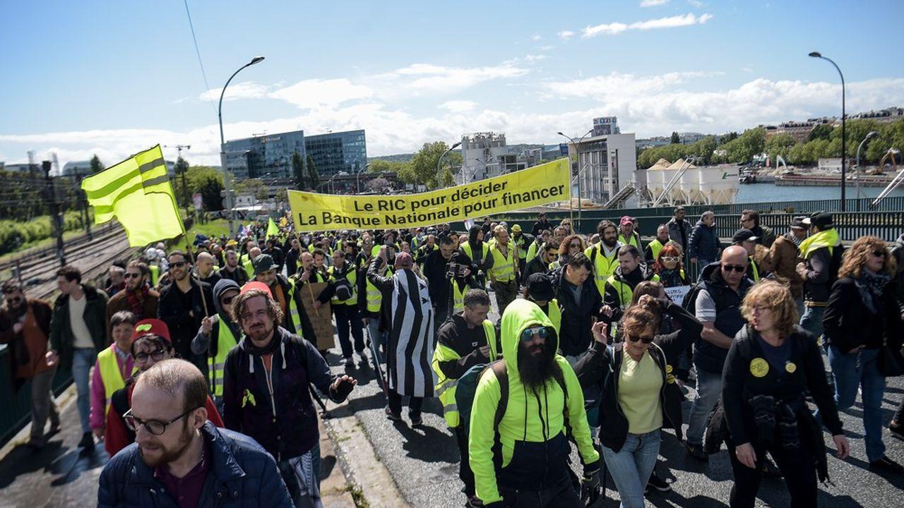 Des gilets CGT d'Aéroports de Paris, de la CGT chômeurs, des services publics territoriaux parsemaient la manifestation.