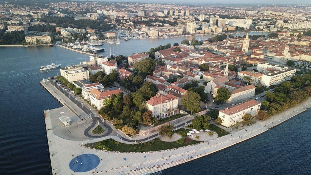 La Croatie fait partie, avec la Slovénie, des seuls pays situés partiellement dans les Balkans occidentaux à avoir rejoint l'Union européenne.