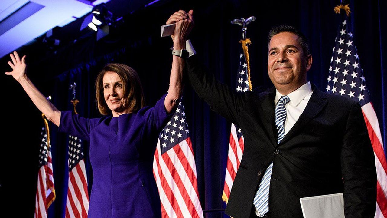 Nancy Pelosi, ici en compagnie de Ben Ray Lujan, Représentant du Nouveau Mexique, devrait diriger le parti démocrate à la Chambre.