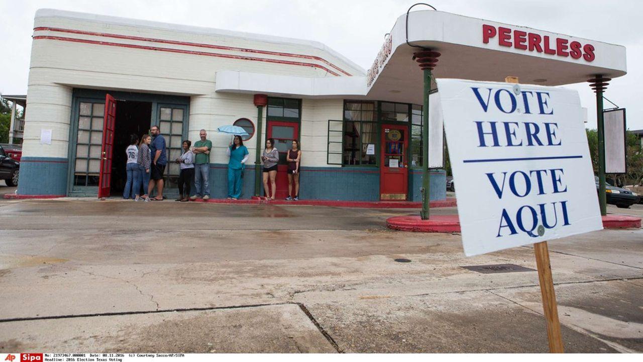 Dans beaucoup d'Etats américains, comme dans ce bureau à Corpus Christi au Texas, les affiches sont en anglais et en espagnol