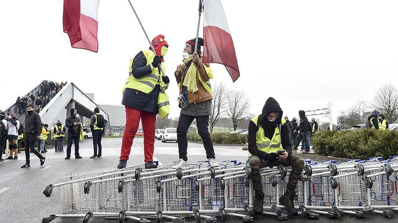 Manifestation de «gilets jaunes» le 9mars sur un parking de centre commercial à Saint-Herblain (Loire-Atlantique).