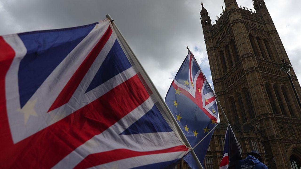 Des drapeaux britannique et européen à l'extérieur de Westminster.