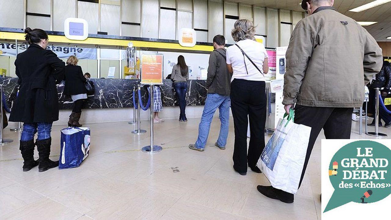 Des clients dans un bureau de poste à Nantes (Loire-Atlantique).